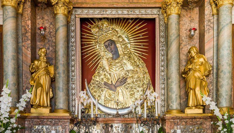 Остробрамська Богородиця: значення ікони і в чому допомагає образ